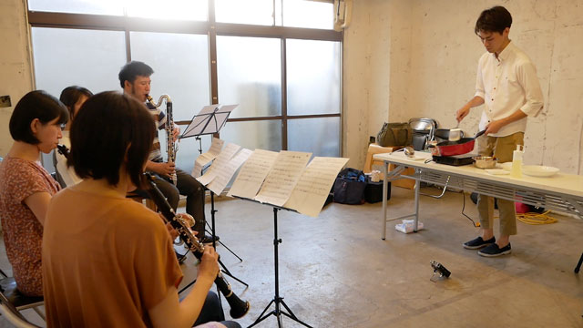 チャーハンを作る動きでクラリネット四重奏の指揮をする