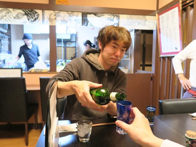 同行してくれた玉置さんとビールを飲む。なおグラスは江戸切子である