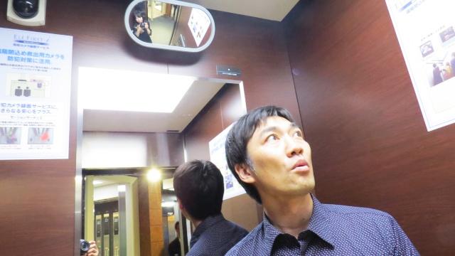 エレベーターのショールームで閉じ込められ体験